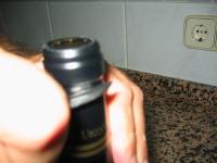 Cortar el precinto de la botella de vino