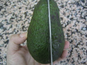 Cortar el aguacate verticalmente con un cuchillo