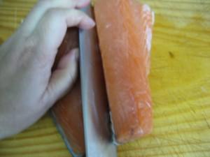 Cortar pescado por la mitad