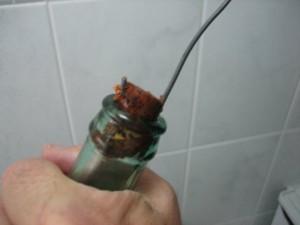 Sacar el tapón con el alambre con cuidado