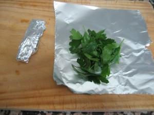 Enrollar el perejil en papel de aluminio