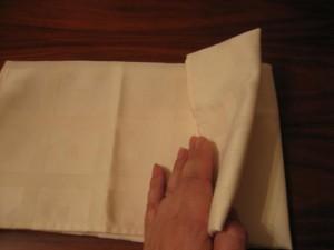 3 300x225 Consejos paso a paso LXXXI : Cómo doblar servilletas en forma de ola