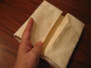 4 300x225 Consejos paso a paso LXXXI : Cómo doblar servilletas en forma de ola