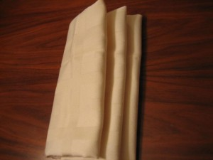 7 300x225 Consejos paso a paso LXXXI : Cómo doblar servilletas en forma de ola
