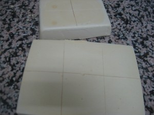 cortar jabon 300x225 Hacer jabón casero