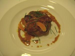 Foie de pato fresco Poêlé sobre su tarta tatin de manzanas reinetas